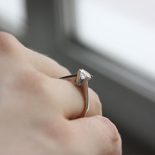 Золотое кольцо в белом цвете с бриллиантом Жизель 000029251