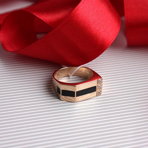 Золотое кольцо-печатка Карн с эмалью и фианитами 000047903