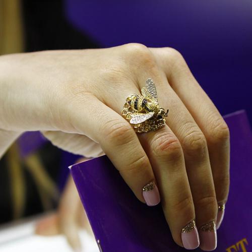 Золотое кольцо Пчелка в комбинированном цвете с черными, белыми, коньячными и шампань фианитами VLT--ТТ1072-1