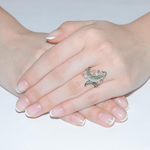 Золотое кольцо Игуана в желтом и белом цвете с зелеными и белыми фианитами VLT--ТТ1064-1