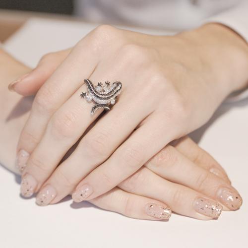 Золотое кольцо Игуана в белом и черном цвете с коньячными и белыми фианитами VLT--ТТ1064
