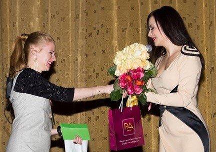 Вручение цветов от Zlato.ua Владе Евсеевой