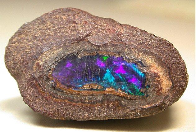 Необработанный камень опал