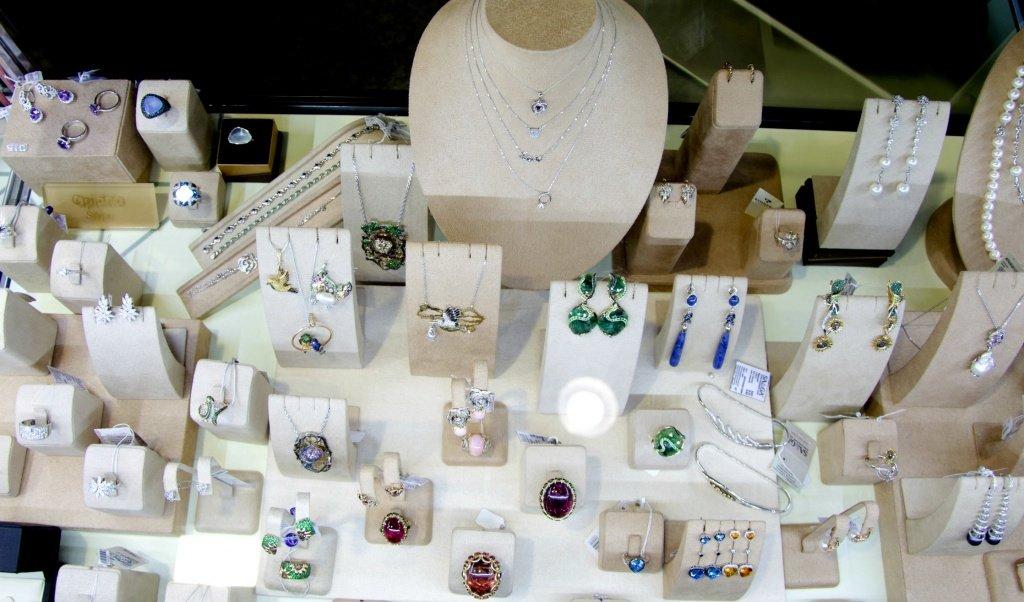 Модные украшения, представленные на выставке