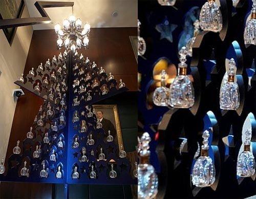 Новогодняя ёлка украшенная миниатюрными коньячными бутылками