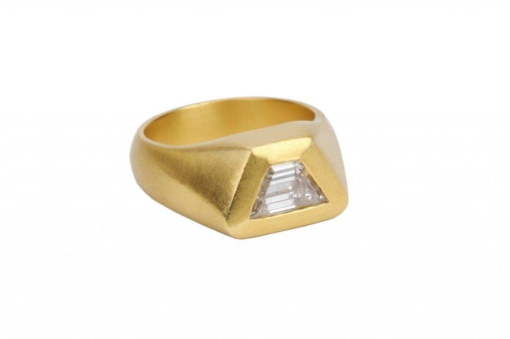 Мужское золотое кольцо с бриллиантом в форме трапеции