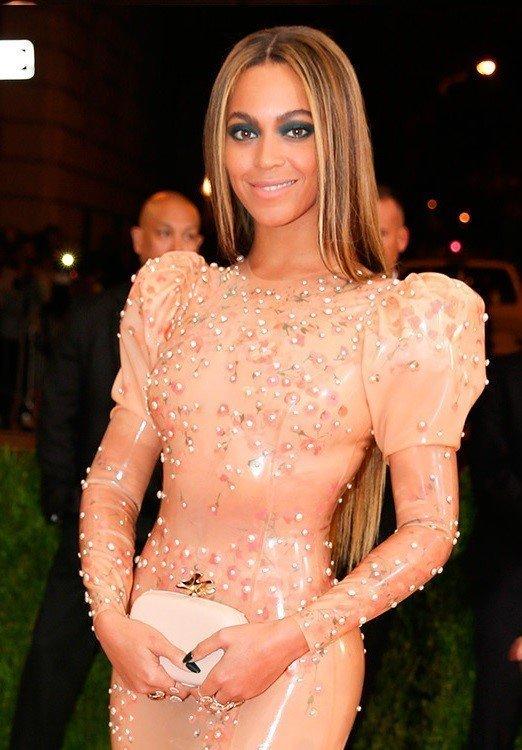 Бейонсе в платье цвета «розовый кварц» расшитом жемчугом