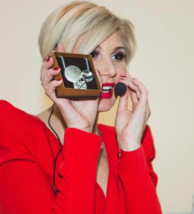 Светлана Вольнова с ювелирным подарком