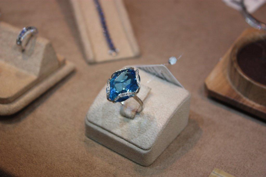 Золотой перстень на стенде злато