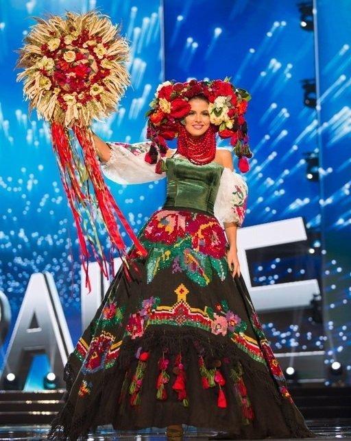 Алена Сподынюк в нацилнальном костюме на конкурсе Мисс Вселенная