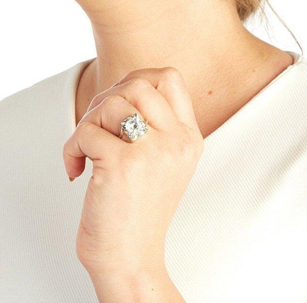 Обручальное кольцо с GPS на пальце