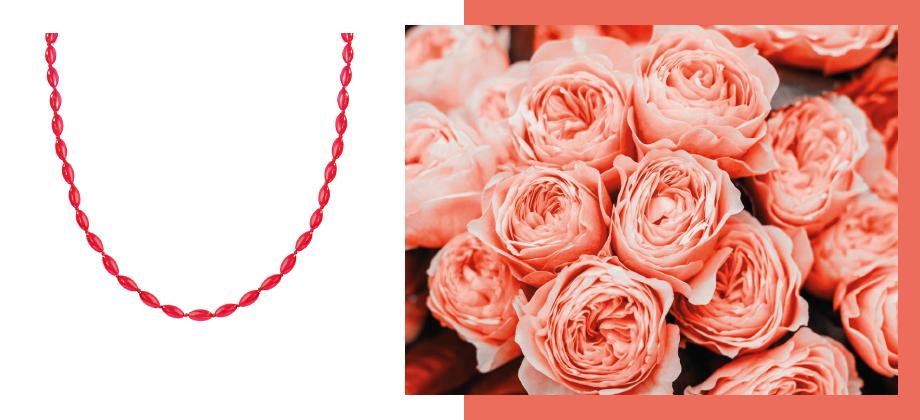 Коралловые бусы на фоне роз