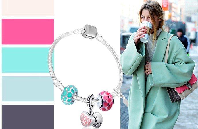 Браслет из серебра с шармами в сочетании с цветами одежды