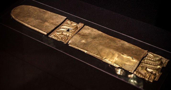 Золотые накладки на ножны с изображением грифона.