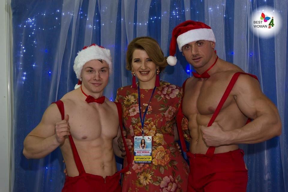Организатор фестиваля Надежда Руденко и обаятельные Дедушки Морозы