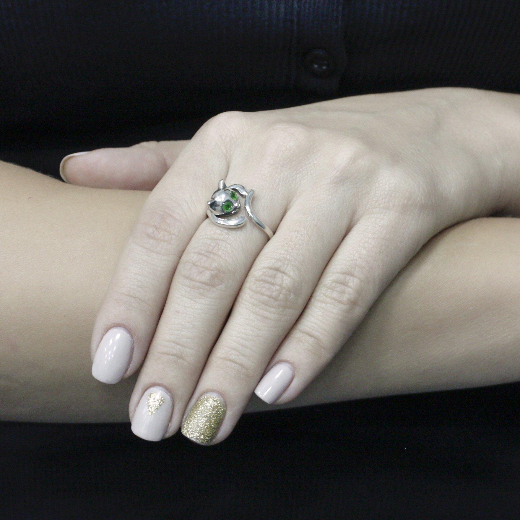 Серебряное кольцо Милашка с шинкой в форме котика с зелеными глазками-фианитами