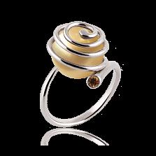Эксклюзивное золотое кольцо Морской вихрь с золотистым жемчугом и коньячным бриллиантом