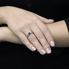 Золотое кольцо Персия в белом цвете с узорами на шинке, сапфиром и бриллиантами