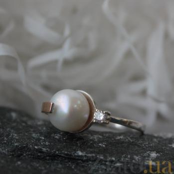 Серебряное кольцо с золотой вставкой, жемчугом и цирконием Камелия BGS--191к