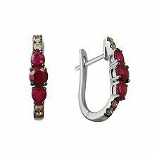 Золотые серьги Модеста в белом цвете с рубинами и коньячными бриллиантами