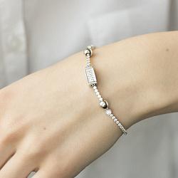 Серебряный браслет с узорным шармом, бусинами и белыми фианитами 000093791