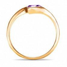 Золотое кольцо Тонкие грани в красном цвете с синтезированным аметистом