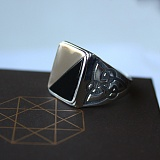 Серебряное кольцо с золотой вставкой и ониксом Гетьман