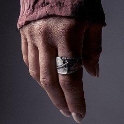 Кольцо из серебра Concrete с золотой вставкой и чернением 000091354
