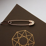 Золотая булавка с цирконием Кантри