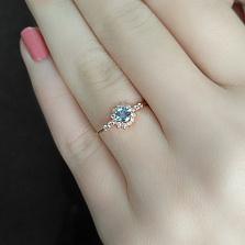 Кольцо в красном золоте Бекки с голубым топазом и фианитами