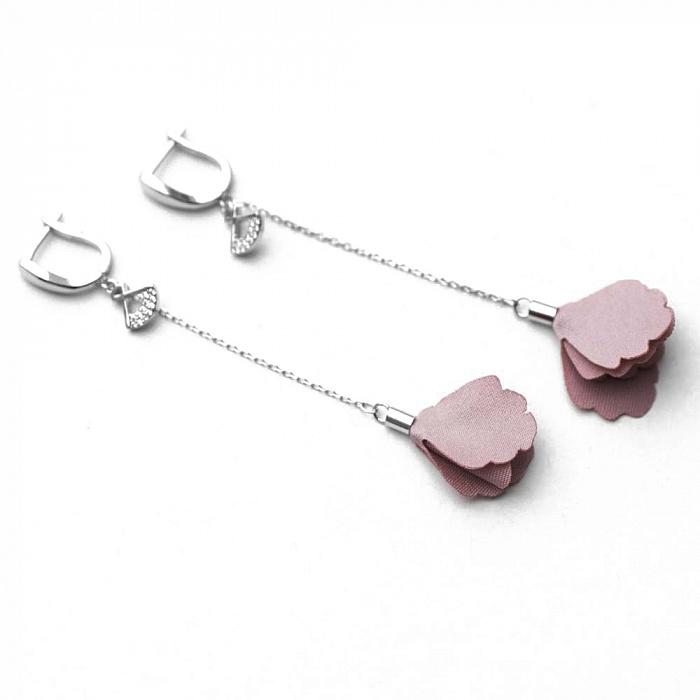 Серебряные серьги-подвески Цветана с розовым текстилем и фианитами 000080205