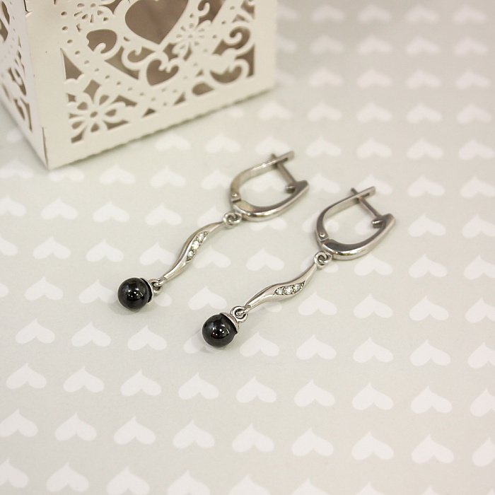 Серебряные серьги-подвески Блестящая волна с шариками из черной керамики и белыми фианитами 000082719