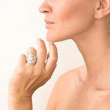 Дизайнерский перстень Морозное дыхание в желтом золоте с насечкой и белой эмалью