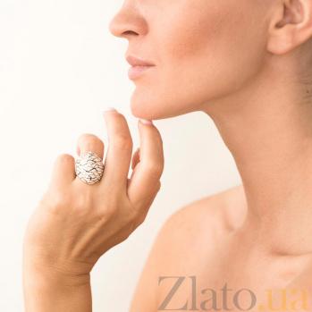 Дизайнерский перстень Морозное дыхание в желтом золоте с насечкой и белой эмалью 000082284