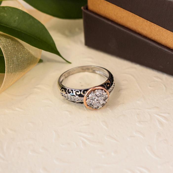 Серебряное кольцо Гортензия с золотой накладкой, фианитами, черной эмалью и родием 000067157