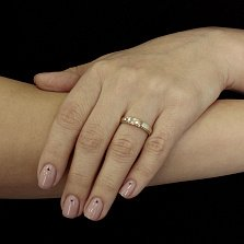 Обручальное кольцо Светлый путь из комбинированного золота с возвышением посередине