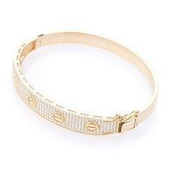 Жесткий браслет из желтого золота с фианитами 000100402