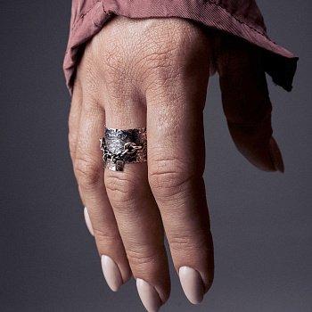 Кольцо из серебра Hope с золотыми вставками и чернением 000091346