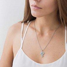 Крестик из белого золота Кантарэ с белыми и голубыми бриллиантами