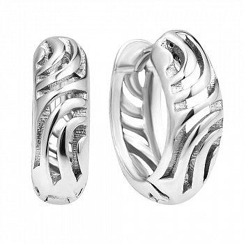 Срібні широкі сережки-конго з візерунковою насічкою 000106897
