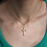 Золотой крестик Лаконичность в красном цвете