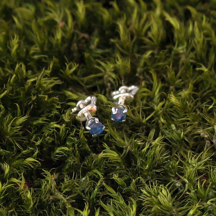 Золотые серьги-пуссеты Элеонора в белом цвете с сапфирами 000079927