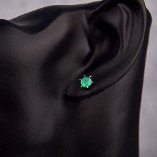 Золотые серьги-пуссеты Лучи света в красном цвете с зеленым ониксом