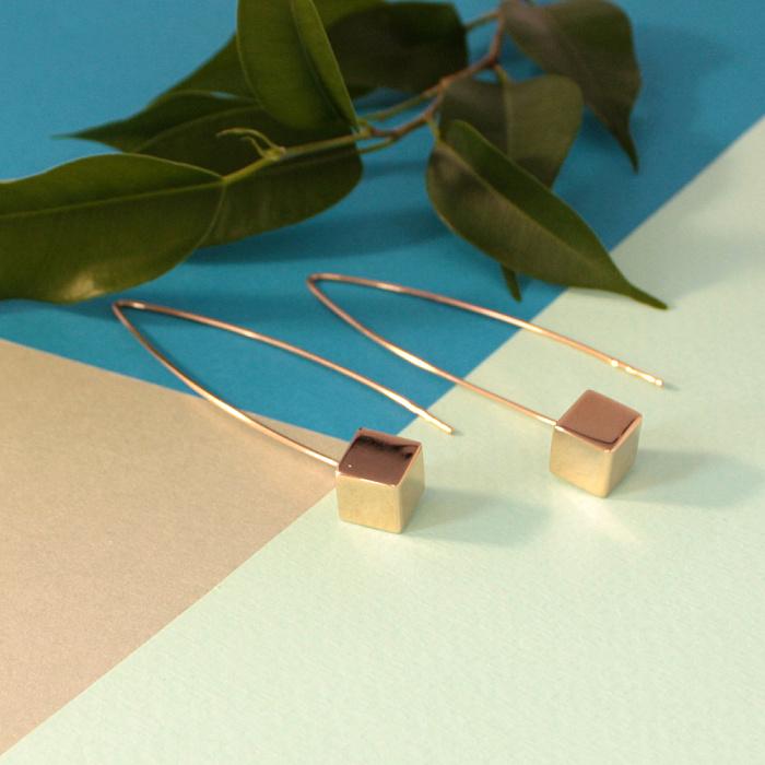 Золотые серьги-подвески Кубики в минималистичном стиле 000071630
