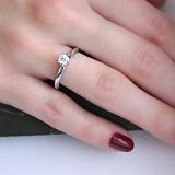 Помолвочное серебряное кольцо Ореол с фианитом