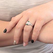 Серебряное кольцо Мудрая подруга с белыми и зелеными фианитами