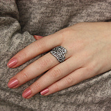 Серебряное кольцо с черным родием и белыми фианитами