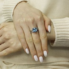 Серебряное кольцо Наина с синтезированным голубым топазом и фианитами