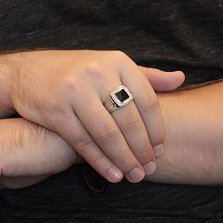 Серебряный узорный перстень Строгая печать с черной эмалью