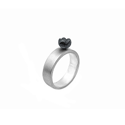 Серебряное кольцо Вагаши с черненым цветком, выступающим над шинкой